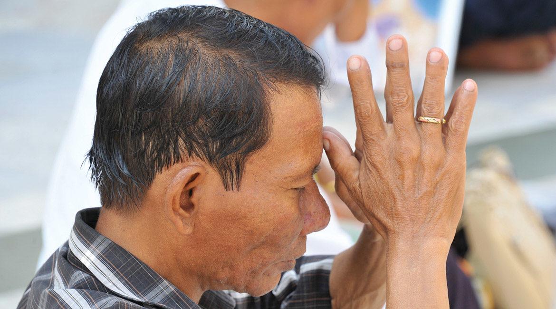 myanmar-praying