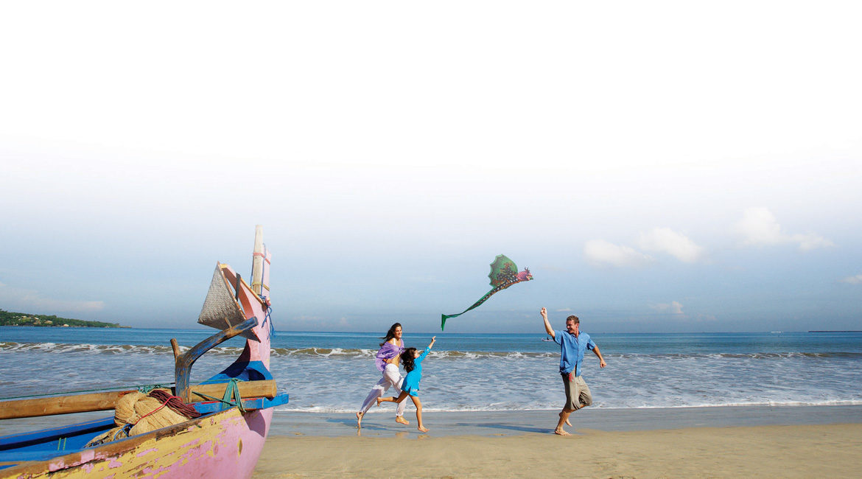 10 top travel tips-happy family