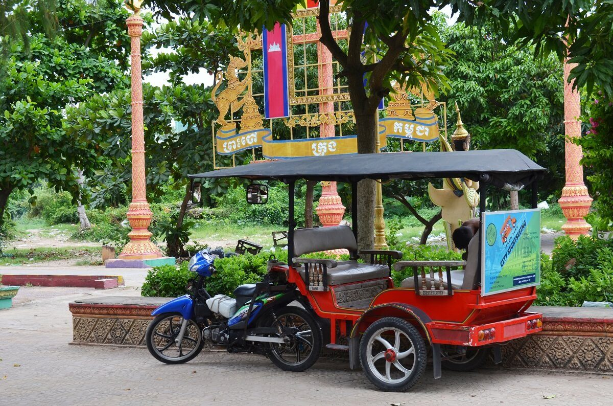 Tuk Tuk-parking-temple